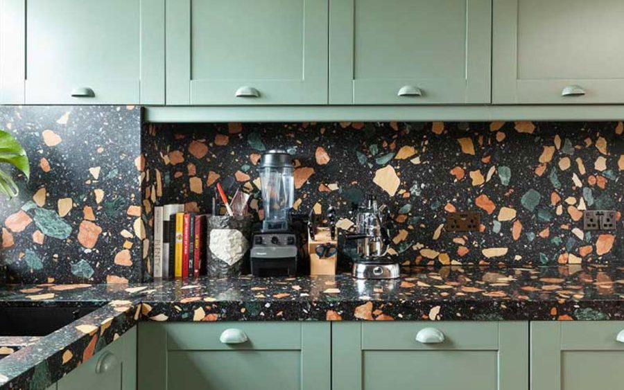 Decorar con terrazzo cocinas y baños, utilizando pomos y tiradores. Decorate with terrazo kitchens and bathrooms using knobs and handles.